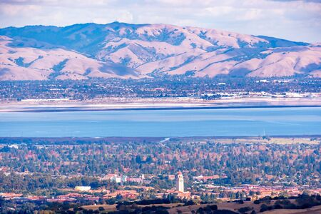 Aerial view of Stanford University amd Palo Alto, San Francisco Bay Area; Newark and Fremont and the Diablo mountain range visible on the other side of the bay; Silicon Valley, California 免版税图像