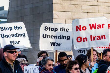 4 de enero de 2020 San José / CA / EE. UU. - Protesta contra la guerra frente al Ayuntamiento en el centro de San José;