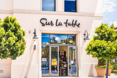 July 10, 2020 Santa Clara / CA / USA - Sur la table storefront; Sur la table, Inc, a privately held retail company that sells kitchenware products, filed for bankruptcy in July 2020 新闻类图片