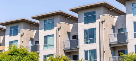 Exterior view of modern apartment building offering luxury rental units in Silicon Valley; Santa Clara, San Francisco bay area, California 免版税图像 - 151715788