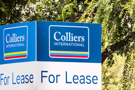 July 21, 2020 San Jose / CA / USA - Colliers International For Lease sign in front of an office building; Colliers International is a Canada-based global commercial real estate services organization 免版税图像 - 152364656