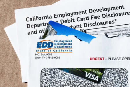 July 9, 2020 Sunnyvale / CA / USA - State of California Employment Development Department (EDD) correspondence, including the prepaid VISA Debit card used for sending the benefit payment; 免版税图像 - 152364655