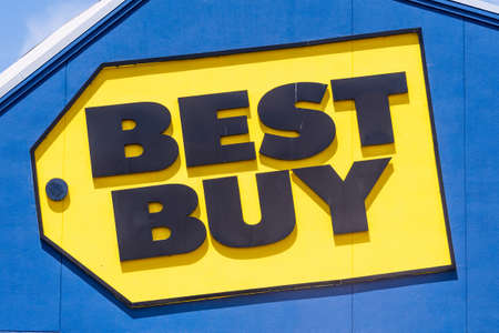 July 21, 2020 Milpitas / CA / USA - Best Buy logo above the entrance to one of their stores in south San Francisco bay area 新闻类图片