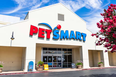 July 21, 2020 Milpitas / CA / USA - Petsmart storefront, San Francisco bay area; PetSmart Inc is an American retail chain that sells specialty pet animal products and services 新闻类图片