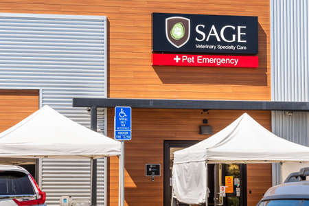 July 30, 2020 Redwood City / CA / USA - Sage Veterinary Specialty Care and Pet Emergency location in San Francisco Bay Area 報道画像