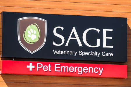 July 30, 2020 Redwood City / CA / USA - Close up of Sage Veterinary Specialty Care and Pet Emergency signage displayed at one of their locations in San Francisco Bay Area 新聞圖片