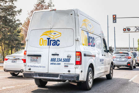Sep 15, 2020 Mountain View / CA / USA - OnTrac delivery vehicle waiting at a barrier in San Francisco Bay Area; OnTrac is a privately held logistics company that contracts regional shipping services 報道画像