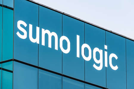September 15, 2020 Redwood City / CA / USA - Sumo Logic logo at their HQ in Silicon Valley; Sumo Logic is a cloud-based machine data analytics company focusing on security, operations and BI usecases 免版税图像 - 155376308