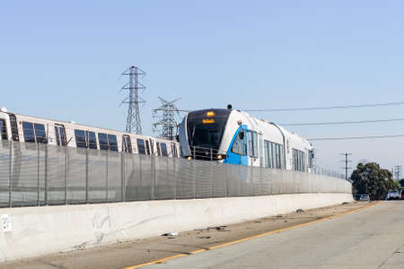 Oct 4, 2020 Pittsburg / CA / USA - BART Diesel train travelling in East San Francisco bay area;  BART to Antioch is a diesel multiple unit (DMU) line newly opened in 2018 免版税图像 - 158369958