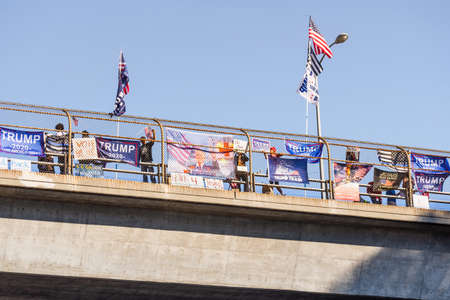 Oct 31, 2020 Lafayette / CA / USA - Trump supporters gathered on an overpass at the border of Lafayette and Walnut Creek in East San Francisco Bay Area 新闻类图片