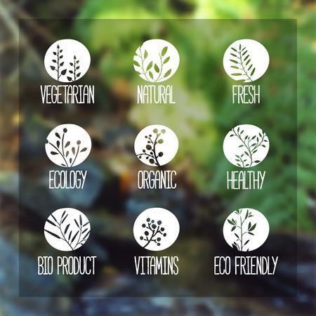 로고, 아이콘, 라벨, 스티커 또는 우표의 집합입니다. 나뭇 가지, 나뭇잎, 식물, 딸기의 실루엣입니다. 자연 실루엣 숲 흐리게 벡터 배경. 벡터 일러스트