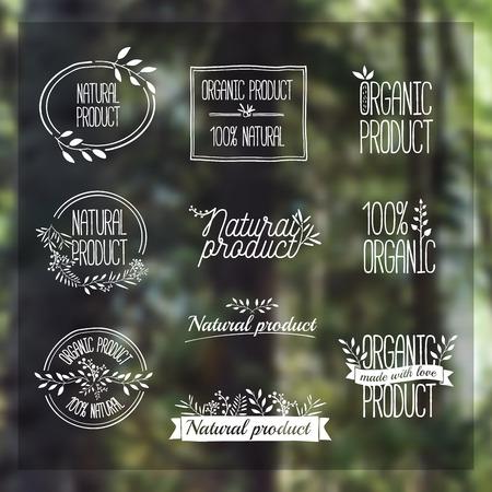 productos naturales: Insignias, etiquetas, cintas, plantas elementos, coronas y laureles, ramas. Plantilla de dise�o natural org�nica. Dibujo a mano. Vector de la vendimia en el bosque de fondo borrosa