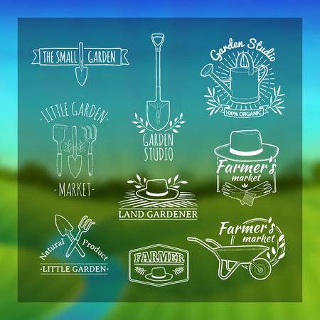 Reeks uitstekende retro logo's, badges, badges, labels. Shop tuin, boerderij, biologische tuin. Onscherpe achtergrond met landschap van groene weiden, de rivier en de zonsopgang. Vector