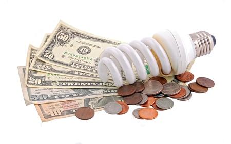 ahorro energia: Ahorro de energ�a bombilla y dinero en blanco Foto de archivo