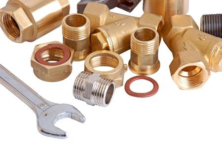 outils plomberie: Tuyaux de plomberie et wrench, isol� sur fond blanc