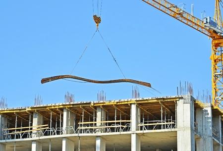 Bouwkraan en versterking op de bouwplaats