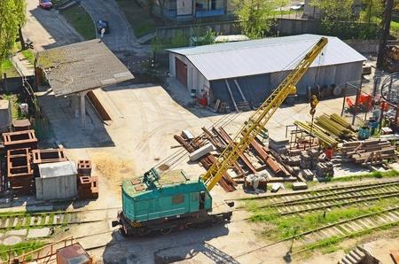 Train gru automotrice. Gru idraulica montata su un vagone ferroviario (treno merci)