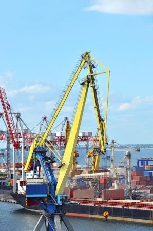Container stapel en schip onder brugkraan