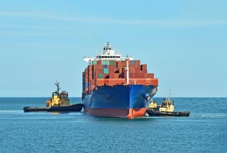 Sleepboot assisteerd container vrachtschip de haven kade