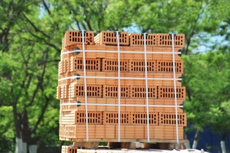 Stack of orange clay brick on pallet Banque d'images