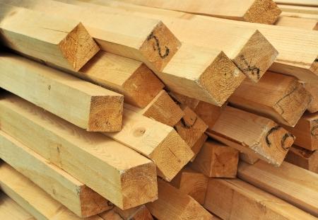 Verse houten balk, gestapeld op bouwplaats Stockfoto