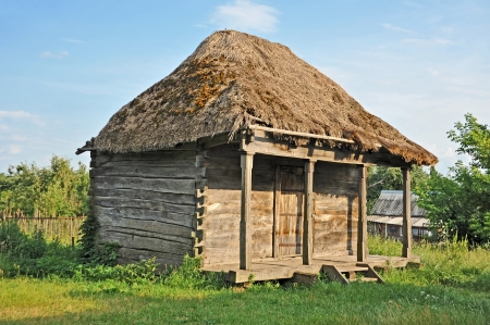 Oude traditionele Oekraïense landelijke schuur met een dak van stro Stockfoto