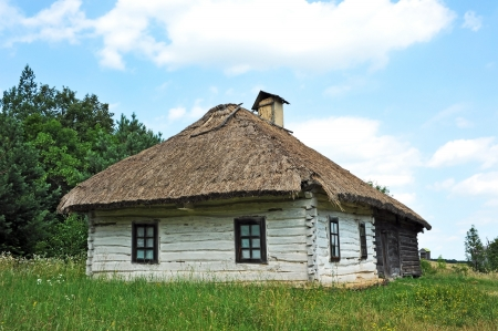 thatched house: Ancient traditional ukrainian rural cottage with a straw roof