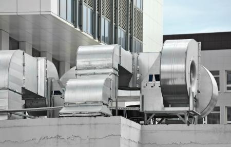 Industriële airconditioning en ventilatie op een dak