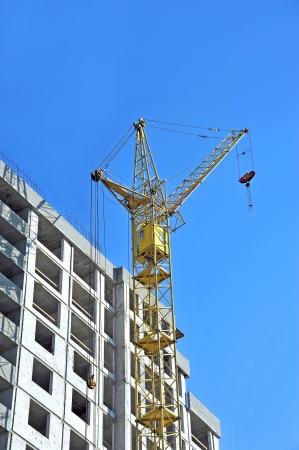 Crane und Baustelle gegen blauen Himmel Standard-Bild - 21797995