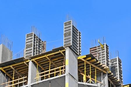 Betonnen bekisting met een klapmechanisme en vloerbalken op bouwwerf Stockfoto