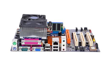 Afgedrukt computermotherboard, geïsoleerd op witte achtergrond
