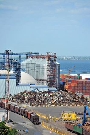 scrap metal: Grano asciugatrice, treno e rottami metallici nel porto di Odessa, Ucraina
