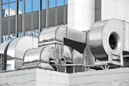 Industriële airconditioning en ventilatie systemen op een dak