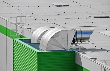 Industriële airconditioning en ventilatie op een dak Stockfoto