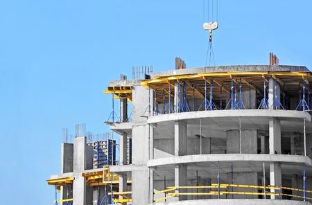 Gebouw bouwplaats werk tegen de blauwe hemel Stockfoto