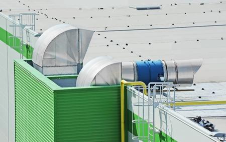 Industriële airconditioning en ventilatiesystemen op een dak Stockfoto