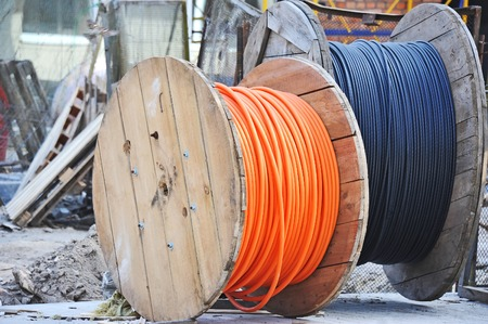 Wooden coil of electric cable on construction site Banque d'images
