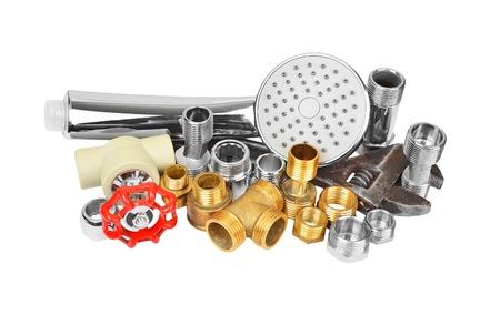 Loodgieterij montage, douchekop en moersleutel, geïsoleerd op witte achtergrond Stockfoto