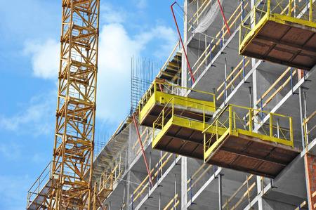 viviendas: Grúa y edificio obra de construcción contra el cielo azul