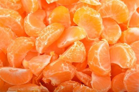 segmento: Segmento de mandarina pelada, de cerca, como fondo Foto de archivo