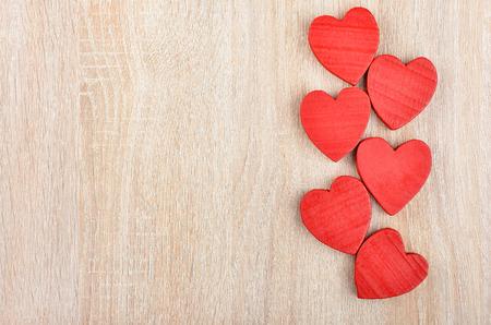 Rood hart op houten achtergrond, kaart voor Valentijnsdag