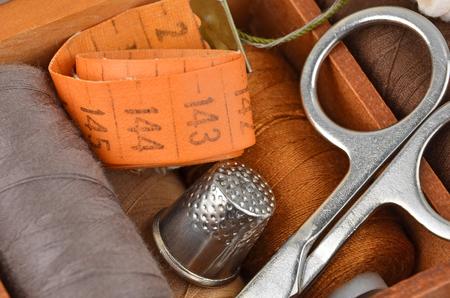kit de costura: Costurero de hilos, tijeras y dedal Foto de archivo