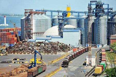 altmetall: Korntrockner, Bahn und Schrott im Hafen von Odessa, Ukraine Lizenzfreie Bilder