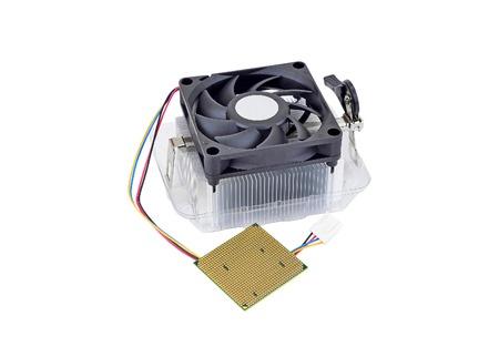 Procesador del ordenador (CPU) con el radiador y el ventilador, aislado en fondo blanco