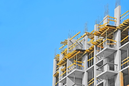 Bau Baustelle Arbeit gegen den blauen Himmel