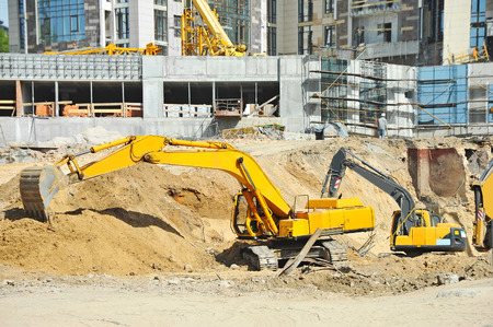 earthmover: Work of excavating machine on building construction site Stock Photo