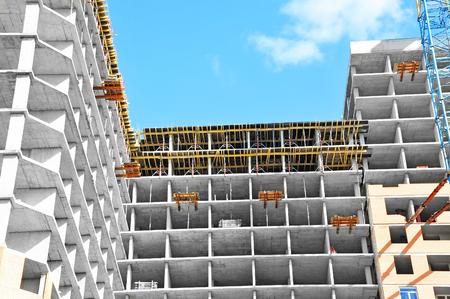 Le chantier de construction travaille contre le ciel bleu
