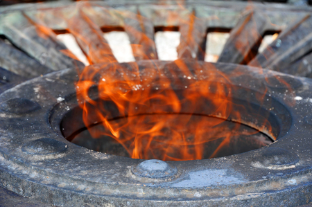 Flama no memorial do soldado desconhecido em Odessa, Ucrânia
