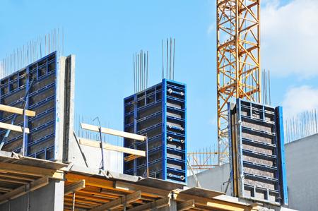 Kraan en de bouw in aanbouw tegen blauwe hemel Stockfoto - 79348490