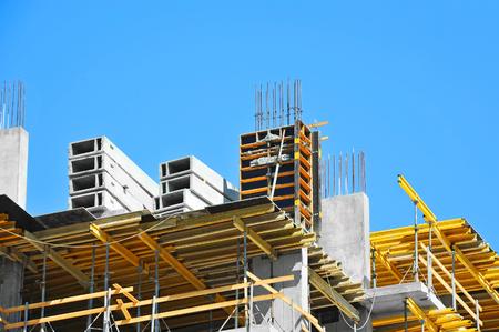 Bouw bouwplaats werken tegen blauwe lucht